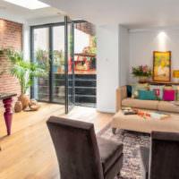 Дизайн гостиной частного дома с имитацией кирпичной кладки