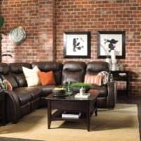 Кожаная мебель с черной обивкой в гостиной частного дома