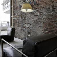 Черное кресло и кирпичная кладка
