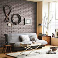 Декор кирпичной стены оригинальными предметами