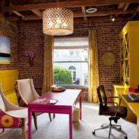 Желтая мебель на фоне кирпичных стен