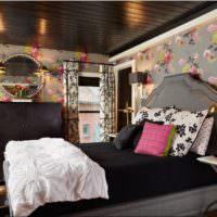 Цветочные обои в комнате с темным потолком