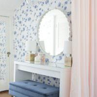 Белые обои с синими цветочками в спальне девушки