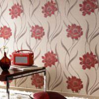 Крупные красные цветы на обоях в комнате с ретро дизайном
