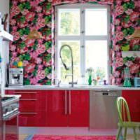 Пестрые цветочные обои на стене кухни