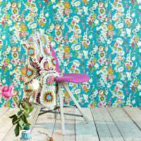 Яркие цветочные узоры на бумажных обоях