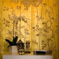 Золотистые обои с растительным орнаментом