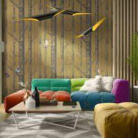 Яркая мебель в гостиной с золотистыми обоями