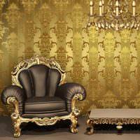 Кожаное кресло с золотой отделкой