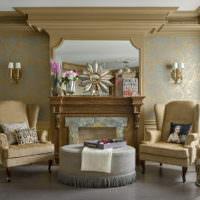 Камин в гостиной с золотой отделкой