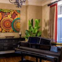 Черный рояль перед окном в гостиной