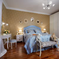 Голубое постельное белье в спальне с деревянным полом