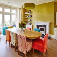 Разноцветные чехлы на стульях в гостиной