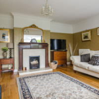 Серый ковер на полу гостиной в частном доме
