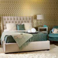 Кресло в спальне с бирюзовой обивкой