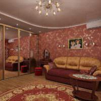 Белый потолок в спальне с бардовыми стенами