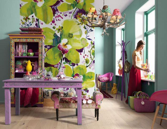 Фотообои с крупными цветами в интерьере гостиной частного дома