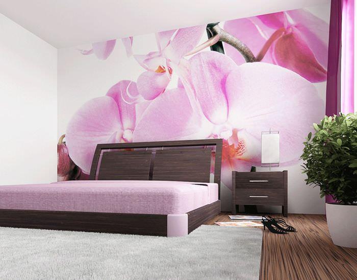 Фотообои с крупными цветами в интерьере спального помещения