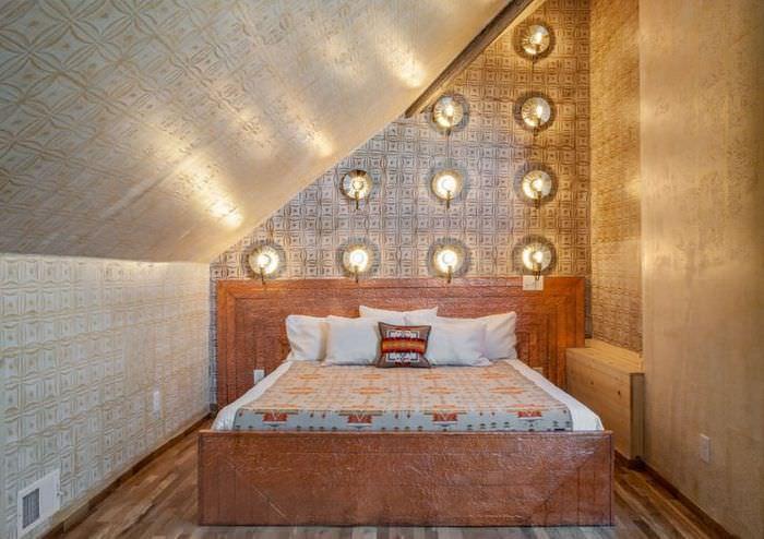 Освещение в спальне с золотистыми обоями