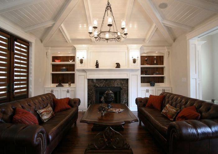 Освещение гостиной с коричневыми диванами