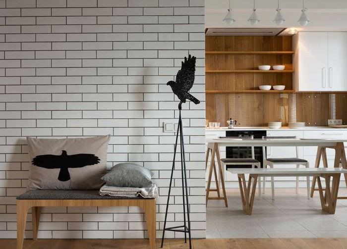 Стена с имитацией кирпичной кладки с помощью виниловых обоев