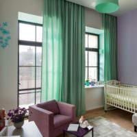 Шторы мятного цвета в гостиной загородного дома