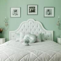 Белый текстиль на кровати для девушки