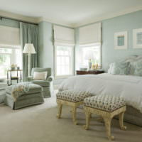 Мятный цвет в интерьере просторной спальни загородного дома