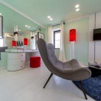 Серое кресло в современной гостиной