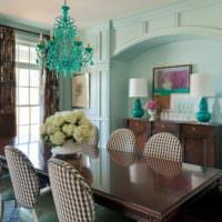 Темная мебель в гостиной с мятными стенами