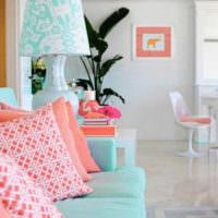 Розовые подушки на мятном диване