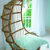 Плетенной кресло на подвеске с подушкой мятного цвета