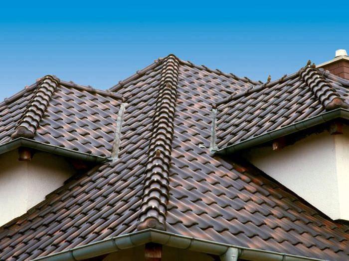 Крыша с керамической черепицей на немецком доме