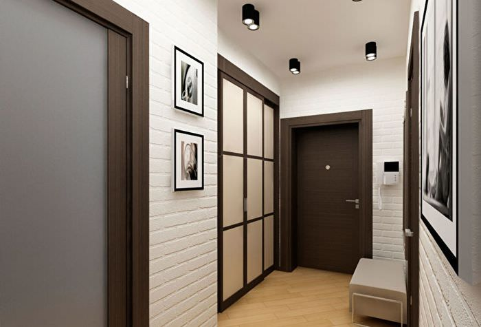 Белые стены из кирпича в дизайне небольшого коридора
