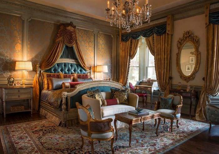 Богатый интерьер спальни классического стиля с темно-золотыми обоями