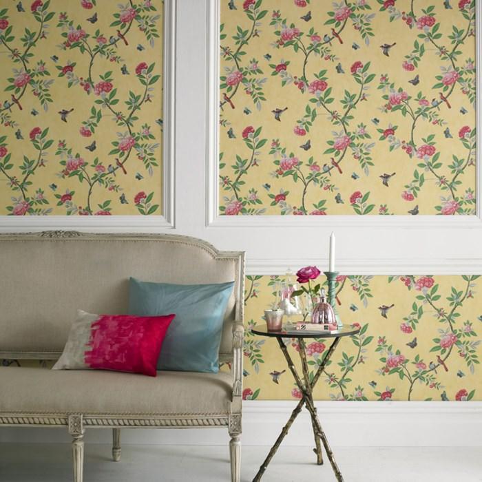 Дизайн гостиной в английском стиле с обоями в цветочек