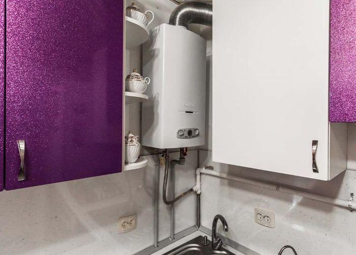 Газовый котел в углу кухни