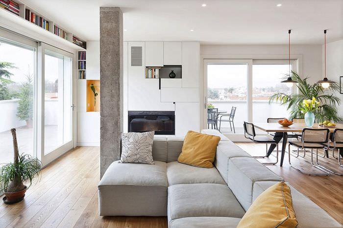 Колонна из бетона с грубой поверхностью в интерьере гостиной