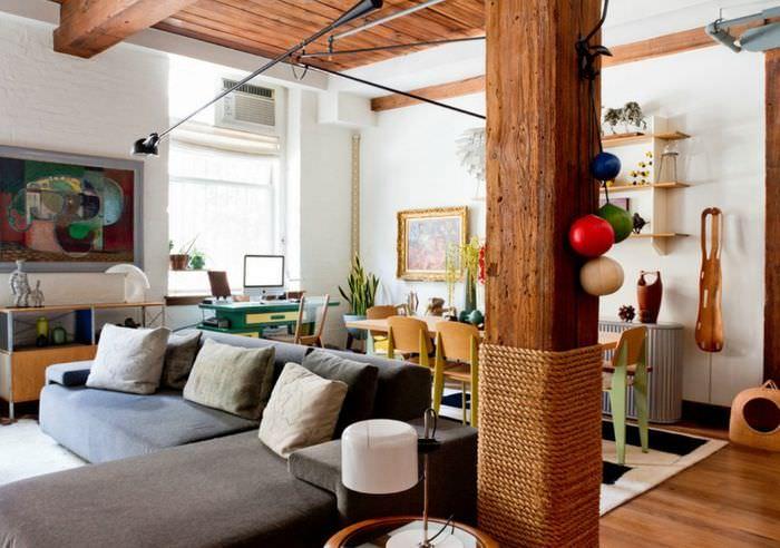 Использования деревянной колонны для зонирования помещения