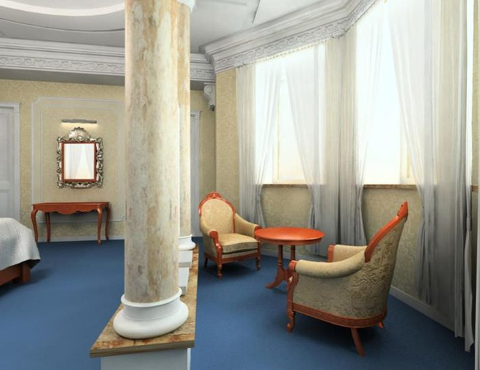 Мраморная колонна в гостиной частного дома