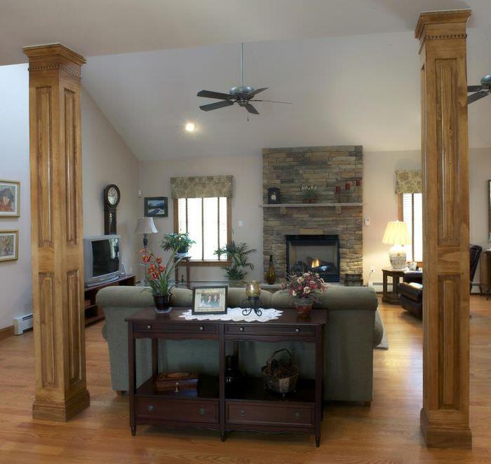 Колонны из дерева в интерьере жилой комнаты