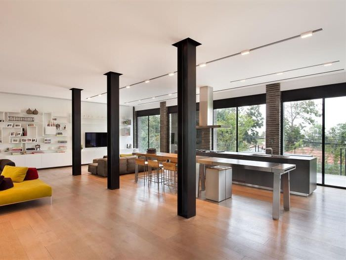 Гостиная в стиле модерн с колонами посередине комнаты