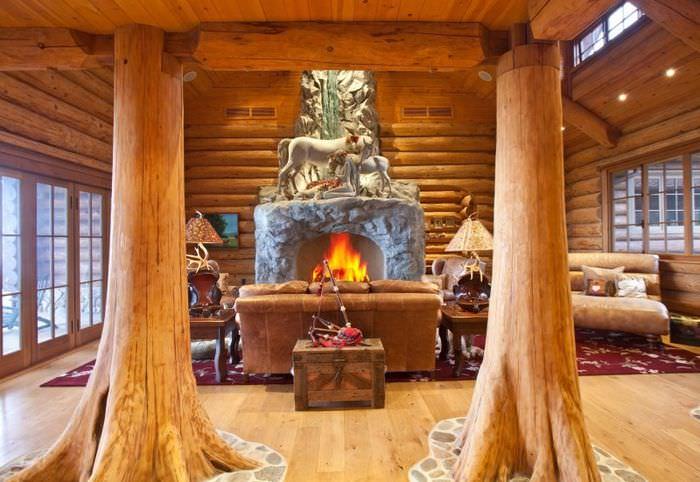 Деревянные колонны в интерьере бревенчатого дома