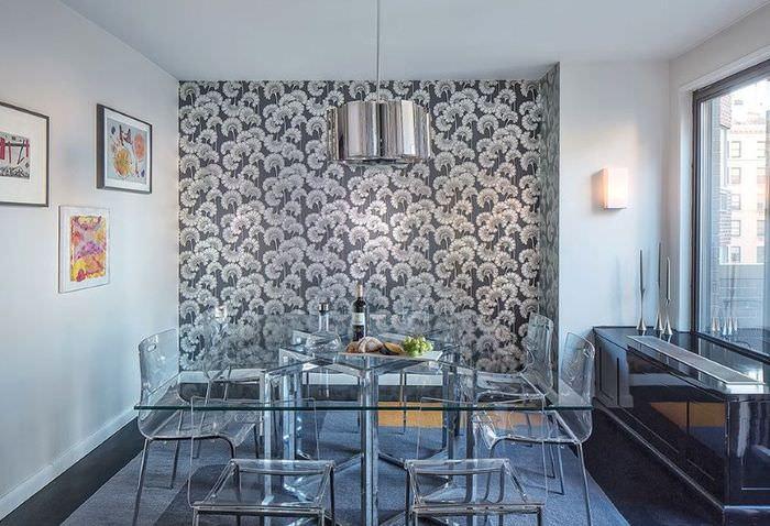 Интерьер столовой зоны кухонного пространства с обоями в цветочек