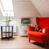 Красное кресло в белой детской со скошенными стенами