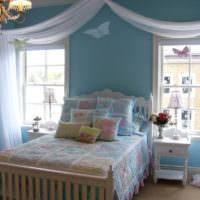 Белая кровать в голубой детской