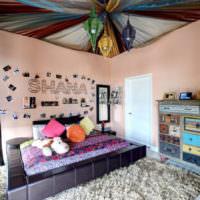 Декорирование потолка разноцветными тканями