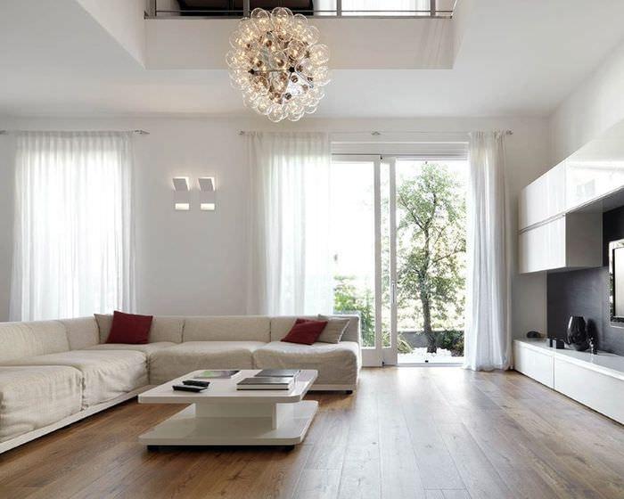 Гостиная частного дома в светлых тонах в стиле контемпорари