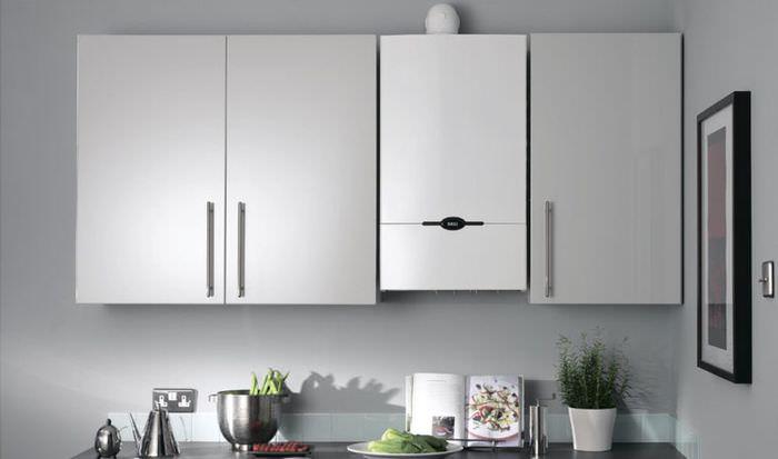 Белый газовый котел между шкафчиками кухонного гарнитура