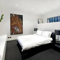Черная кровать в квартире студии
